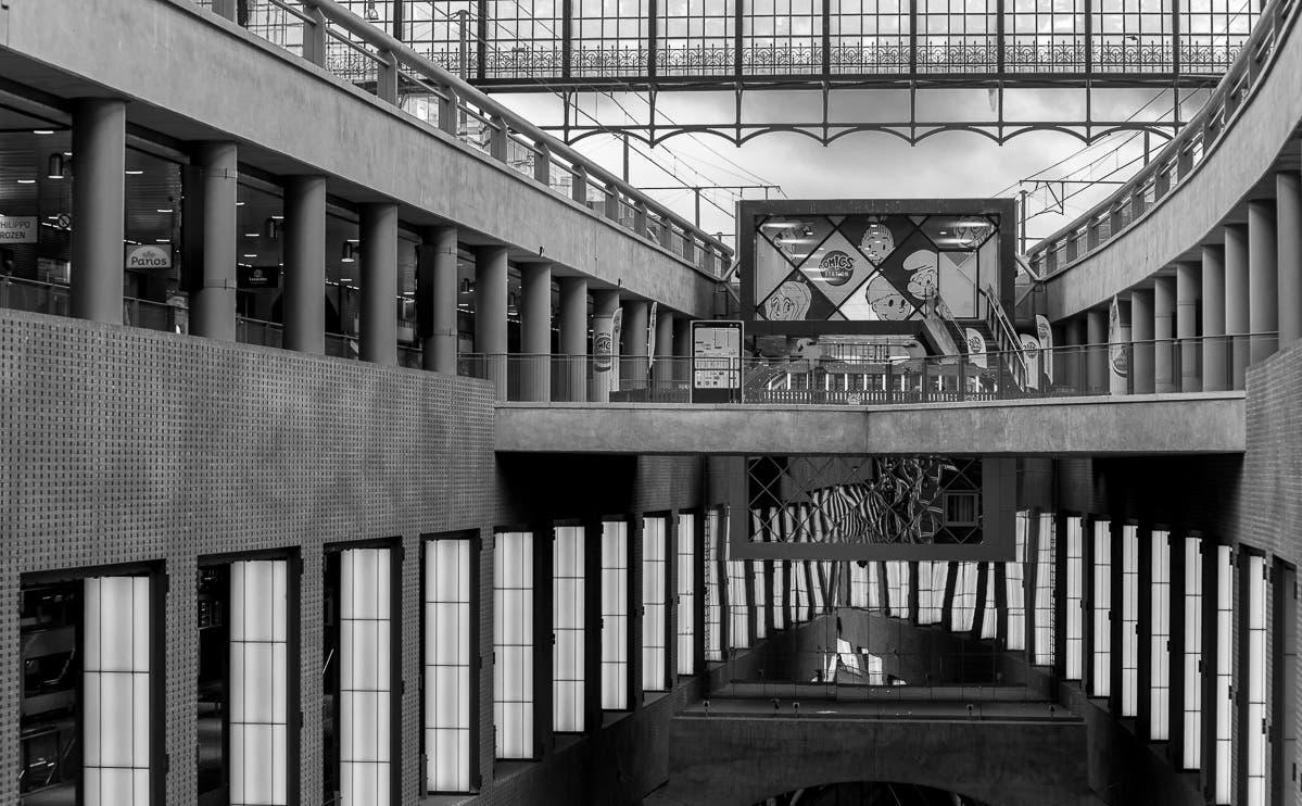Schwarz-weiß Aufnahme von belgischer Innenarchitektur in Antwerpen