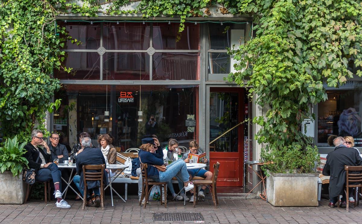 typisch belgisches Cafe in Antwerpen mit Sitzgelegenheit vor der Tür in