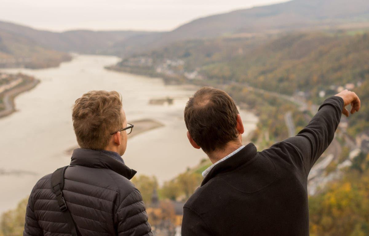 Zwei Männer unterhalten sich auf Weinberg im Mittelrhein, einer zeigt in die Ferne