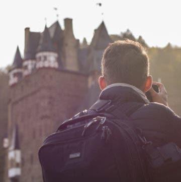 Mann fotografiert Burg Eltz