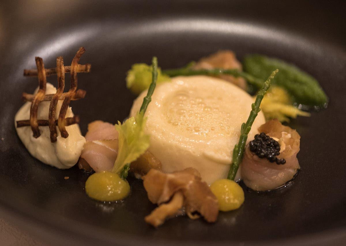 Nahaufnahme von angerichtetem Essen in Restaurant am Mittelrhein