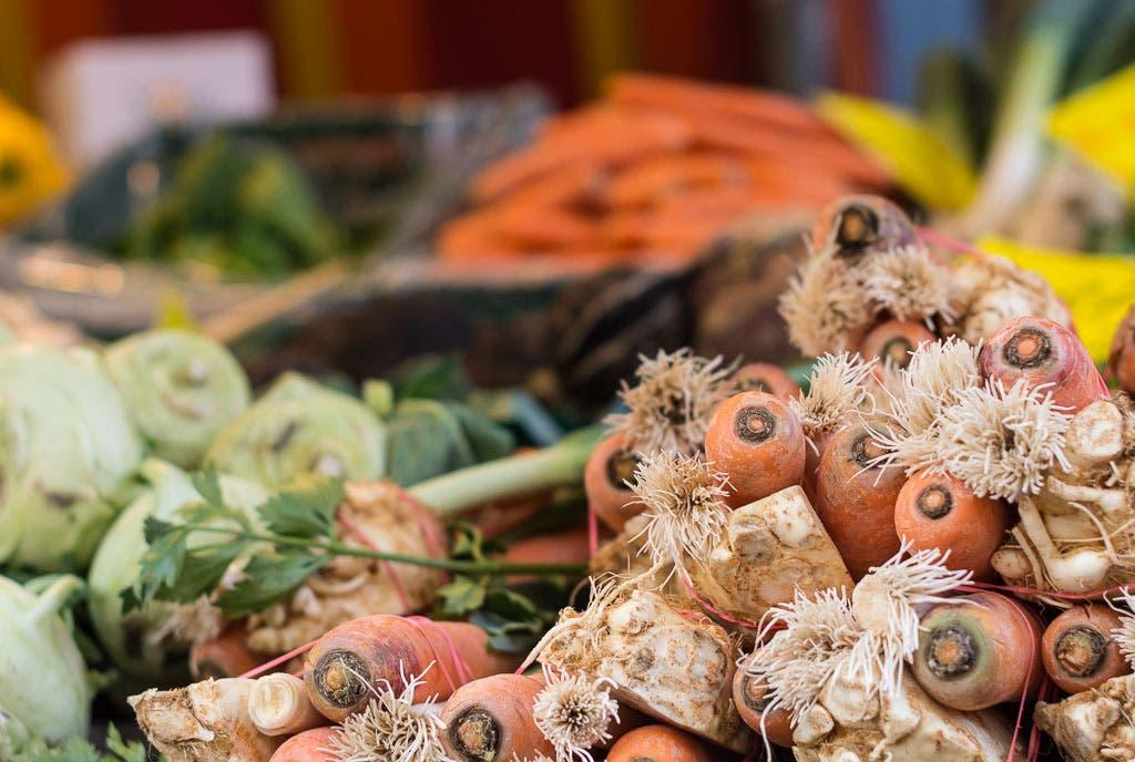Close Up von rohen Karotten, Sellerie und Kohlrabi