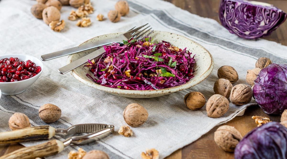 Rotkohlsalat mit Granatapfelkernen und Walnüssen