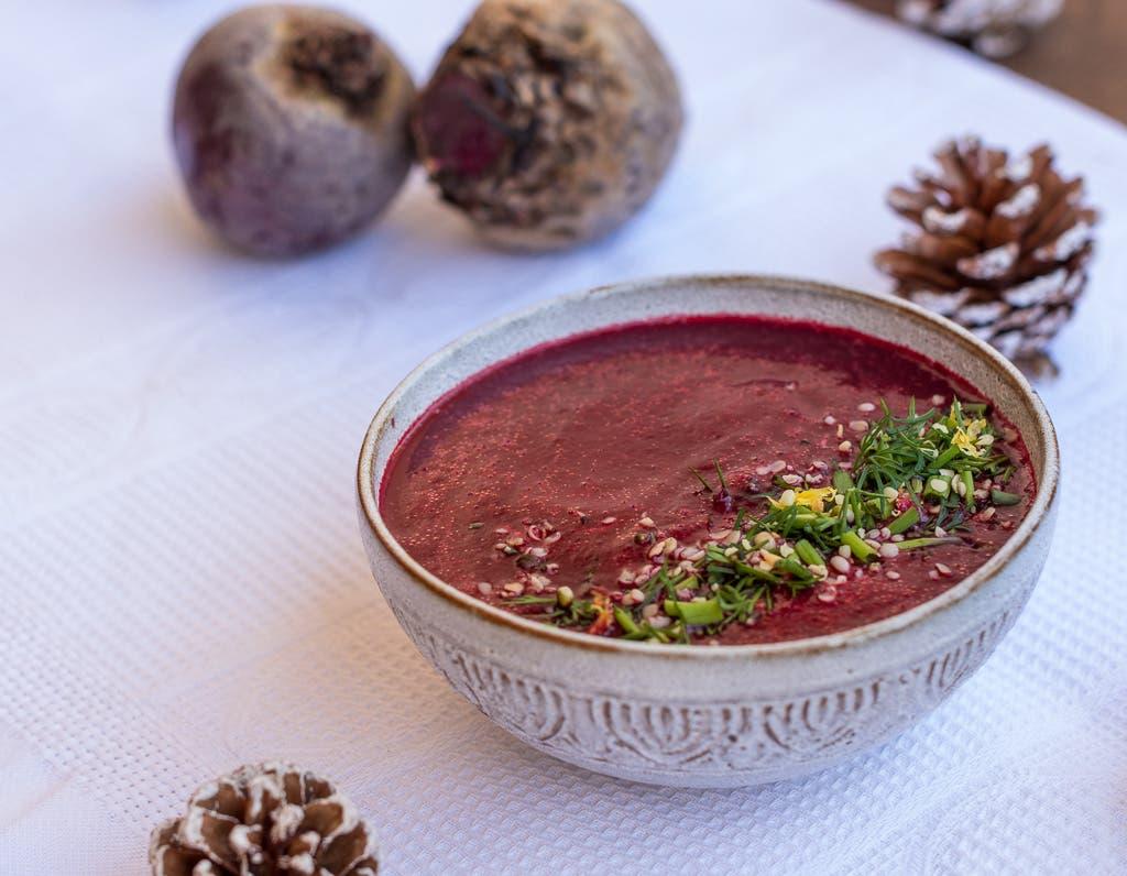 Superschnelle, würzige Rote Bete Suppe mit Rauchsalz und Zitrone