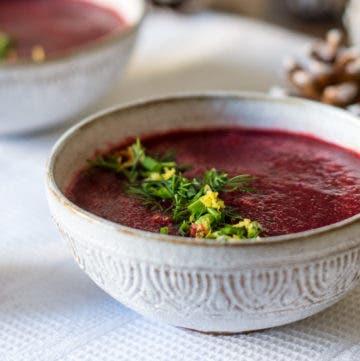 Suppenschüssel mit Roter Bete Suppe gefüllt und Dill getoppt