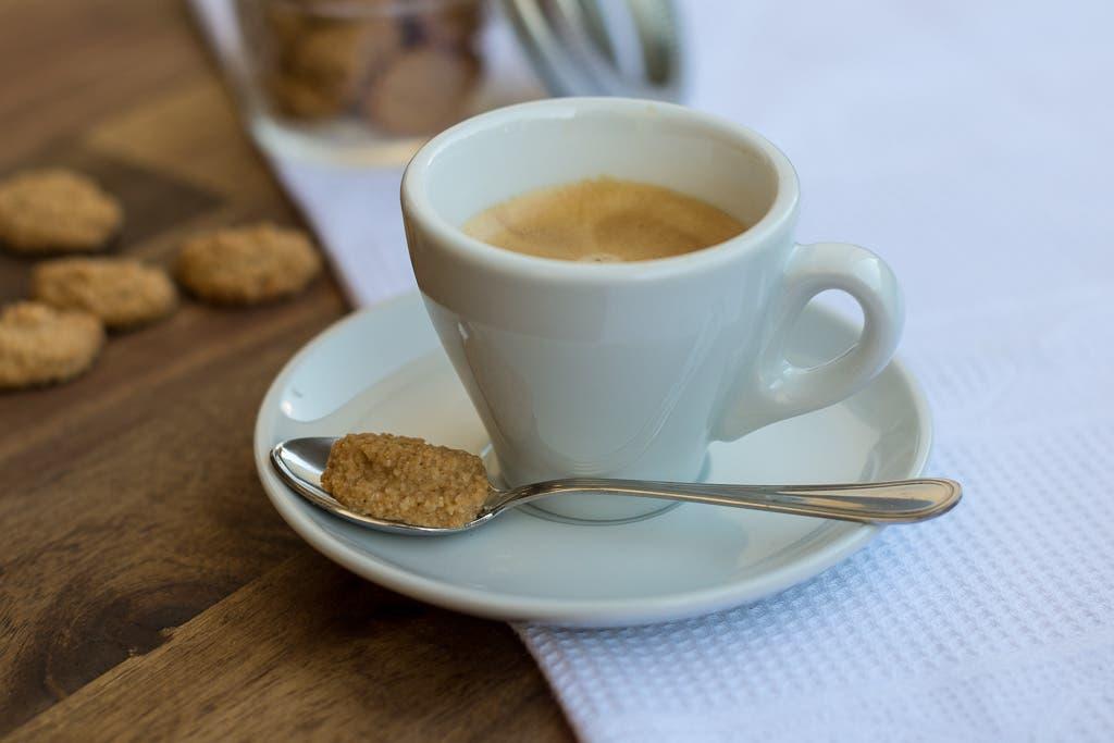 Espresso mit Teelöffel und kleinem Amarettini Keks