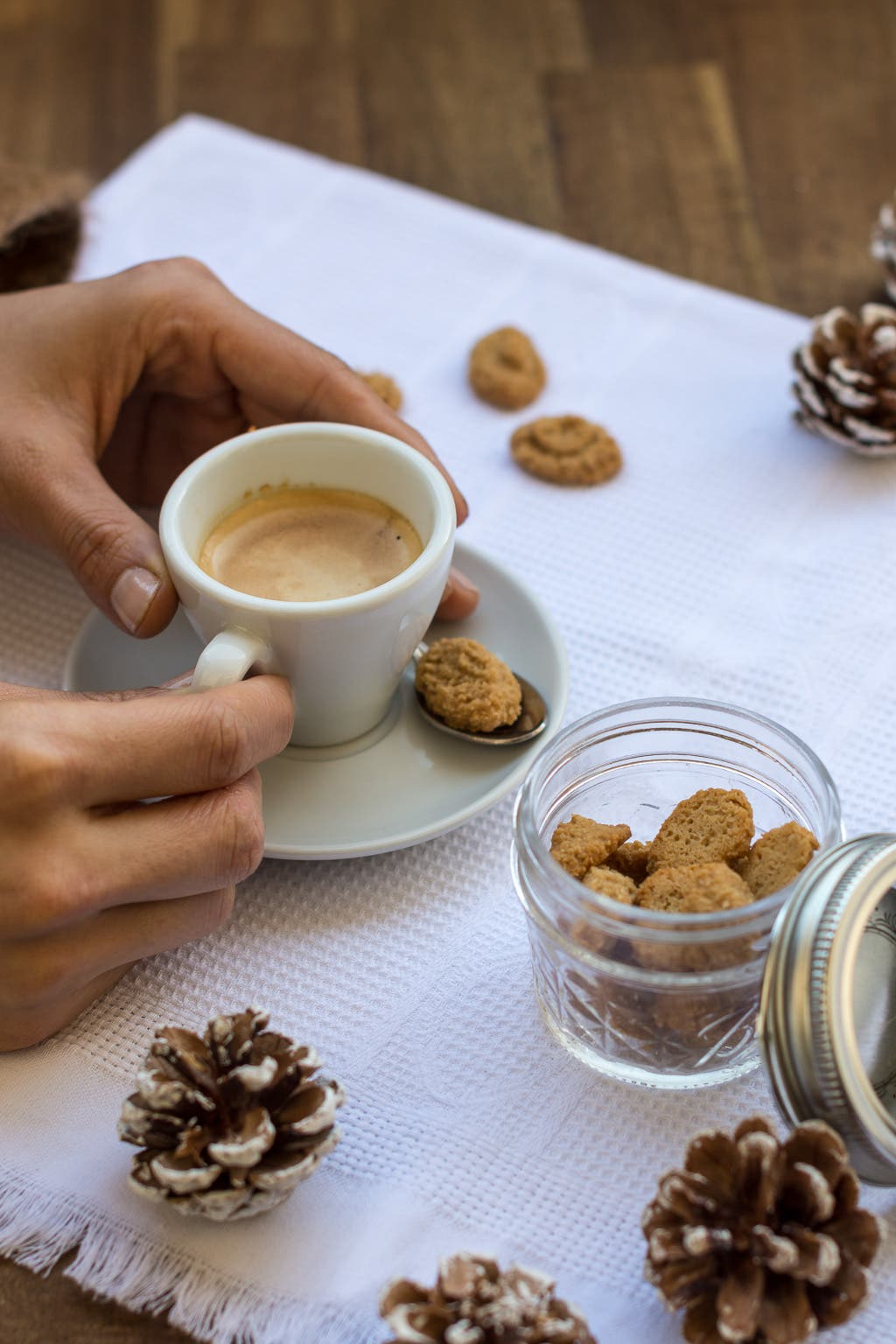 Espresso mit kleinem Amarettini auf weißer Untertasse