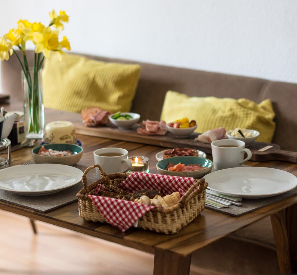 Gedeckter Frühstückstisch mit Narzissen