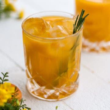 Gesunder Durstlöscher im Glas mit Rosmarin und Sanddorn