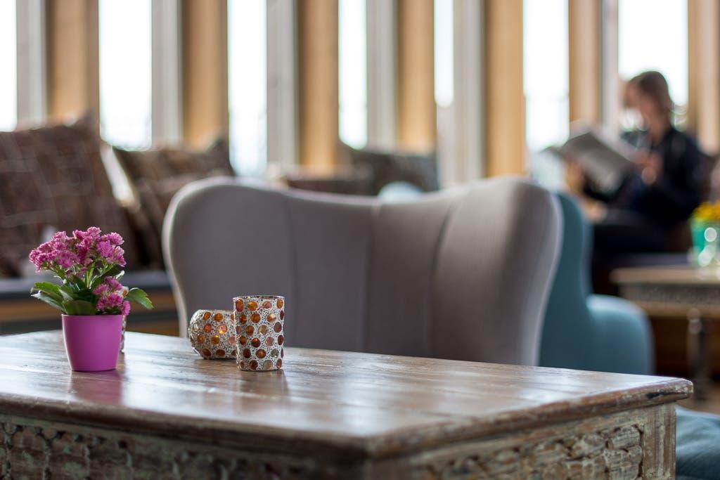Teelichter und kleine Tischpflanze in der Ayurveda Akademie