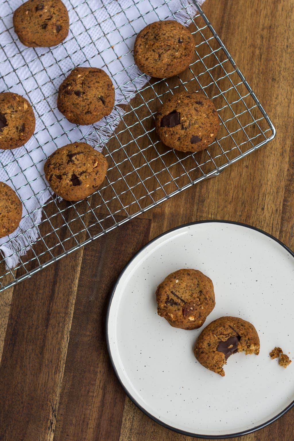 Topshot von Schokoladenkeksen auf Rost und weißem Teller
