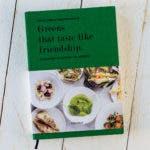 Buch Greens that taste like friendship auf weißem Untergrund.
