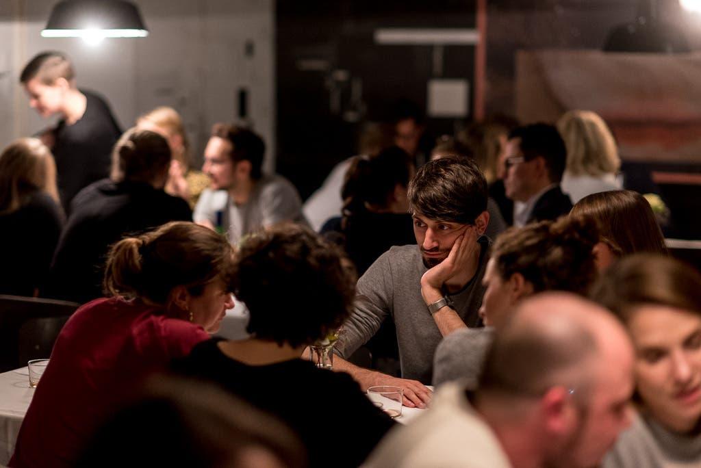 Mehrere Personen sitzen an einem Tisch.