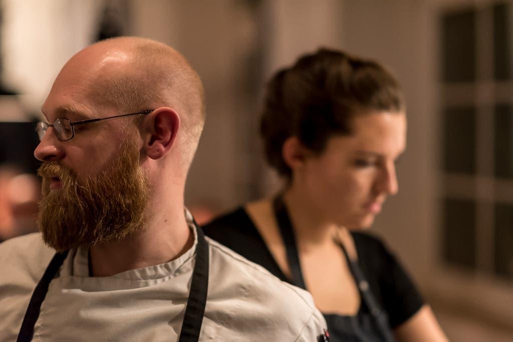 Mann und Frau mit Kochschürzen.