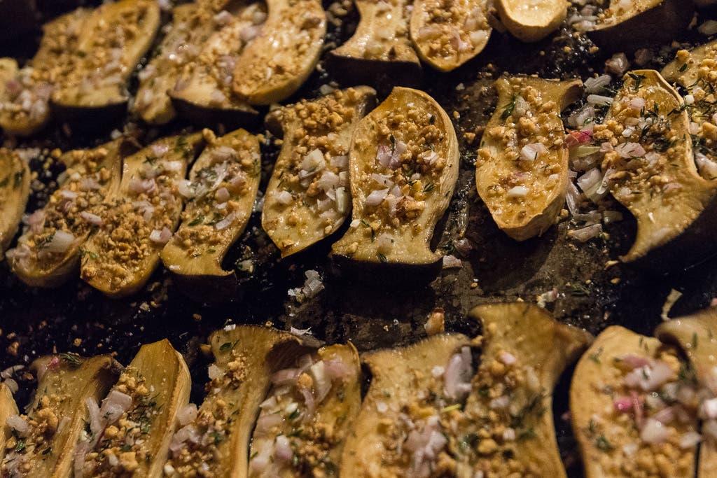 Pilze mit Zwiebeln auf einem Backblech.