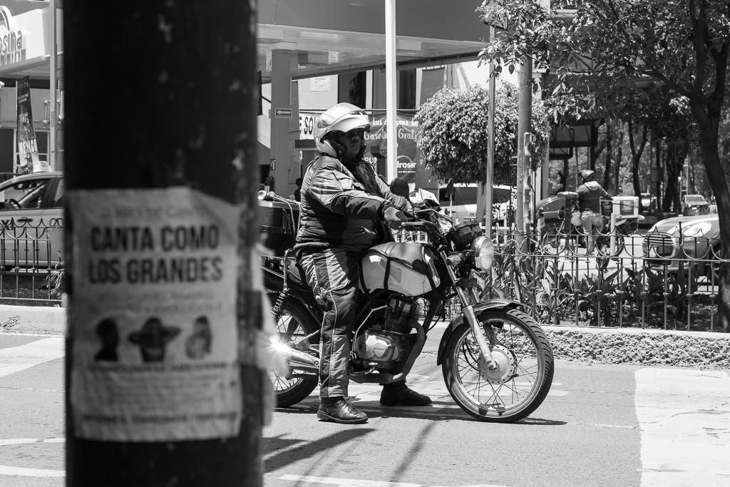wartender Mottoradfahrer auf Straße