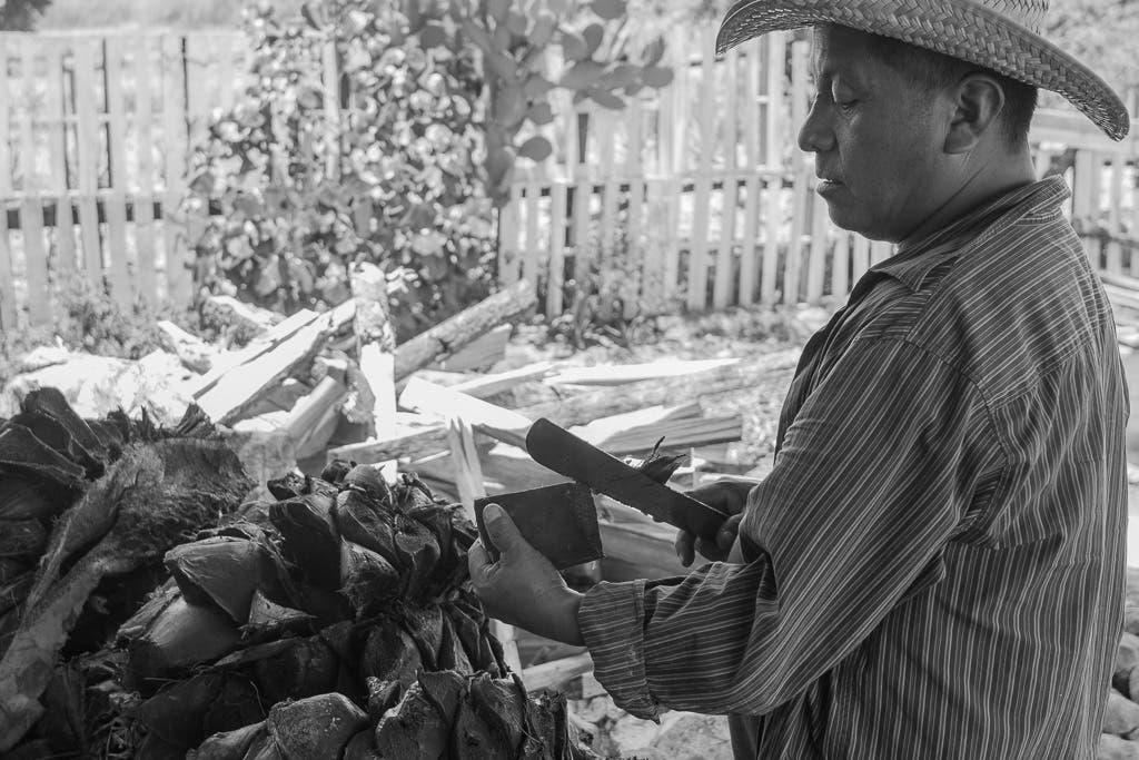 Mexikaner zeigt mit einem Messer wie man schneidet