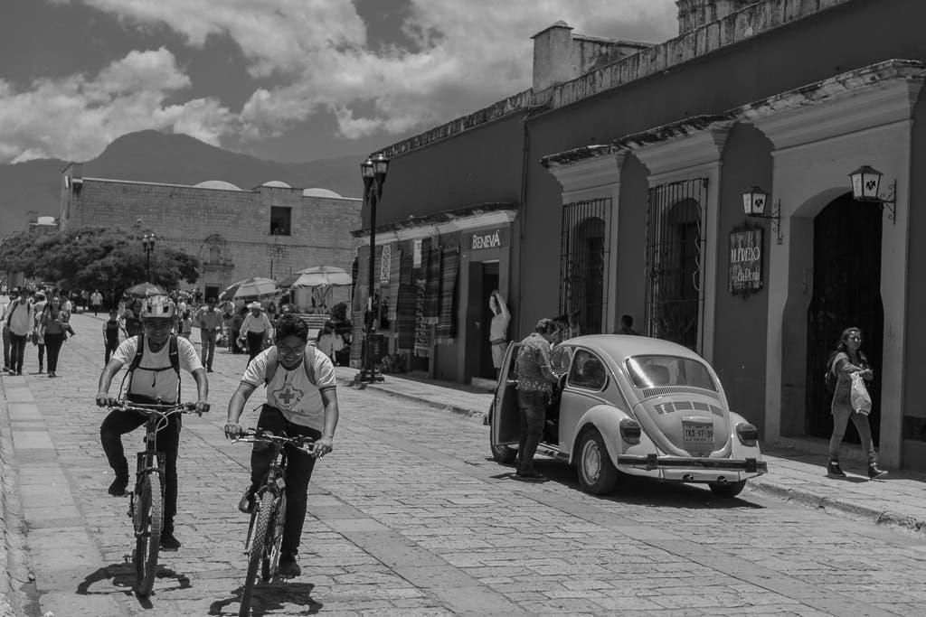 Straßen von Mexiko mit Auto und Radfahrern
