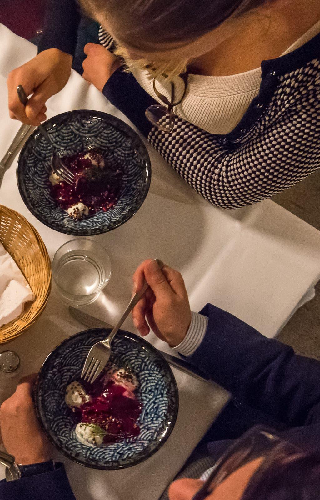 Topshot von zwei Personen die Rote Bete essen.