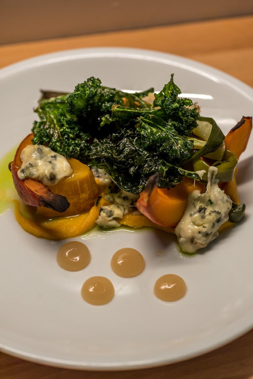 geschmortes Gemüse auf weißem Teller von leicht erhöhter Perspektive