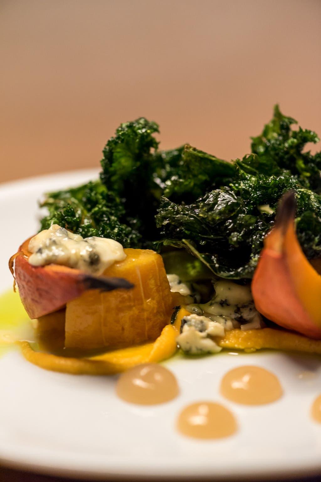 Seitenansicht von geschmortem Gemüse auf weißem Teller