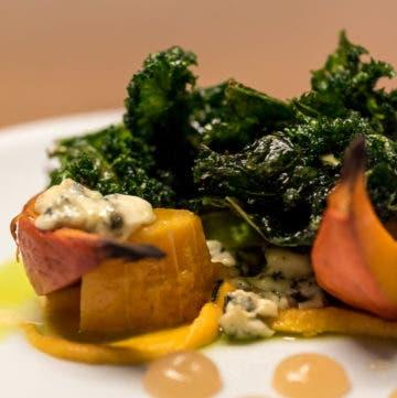 Close up von geschmortem Gemüse auf weißem Teller