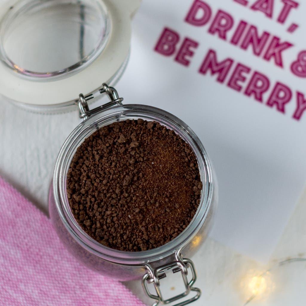 Topshot von Kakaopulvermix in einem Bügelglas.
