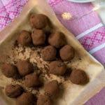 Topshot von schokoladigen Trüffel