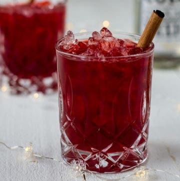 Rote Bete Apperitif im Glas mit Zimtstange garniert