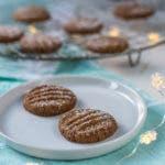 Zwei Kekse auf weißem Teller mit Lichterkette