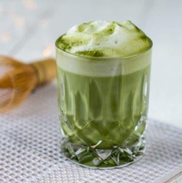 Matcha Latte mit Milchschaum im Glas