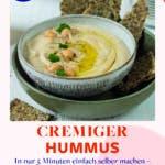Cremiger Hummus in Schale mit Kichererbsen getoppt und Knäckebrot angerichtet
