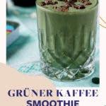 Grüner Smoothie im Glas mit Kakonibs bestreut