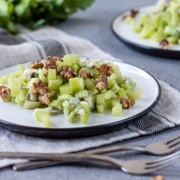 Teller mit Selleriesalat, Käse und Walnüssen.