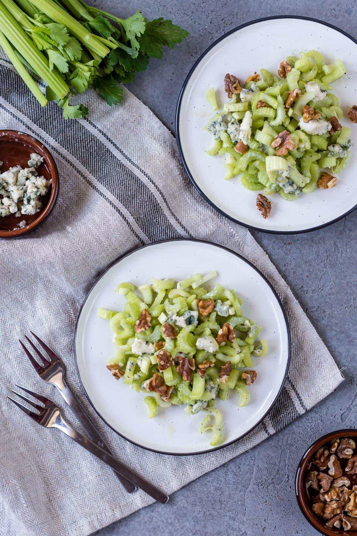 Topshot von zwei Tellern mit Selleriesalat und Nüssen.