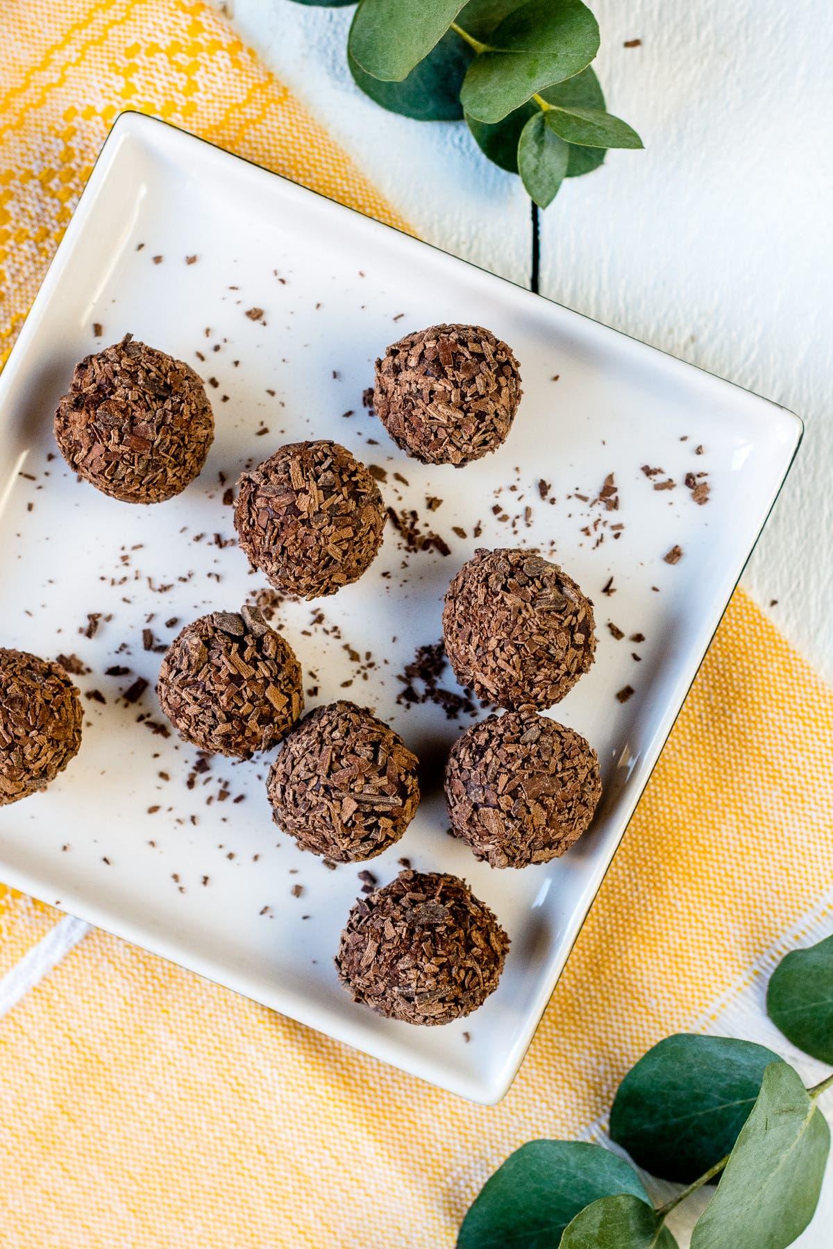 Topshot von Schokoladentrüffel in Schokoraspeln gewälzt auf Teller
