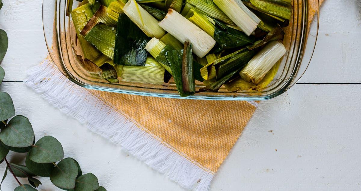 Topshot Lauch aus dem Ofen in Glasform auf gelbem Deckchen