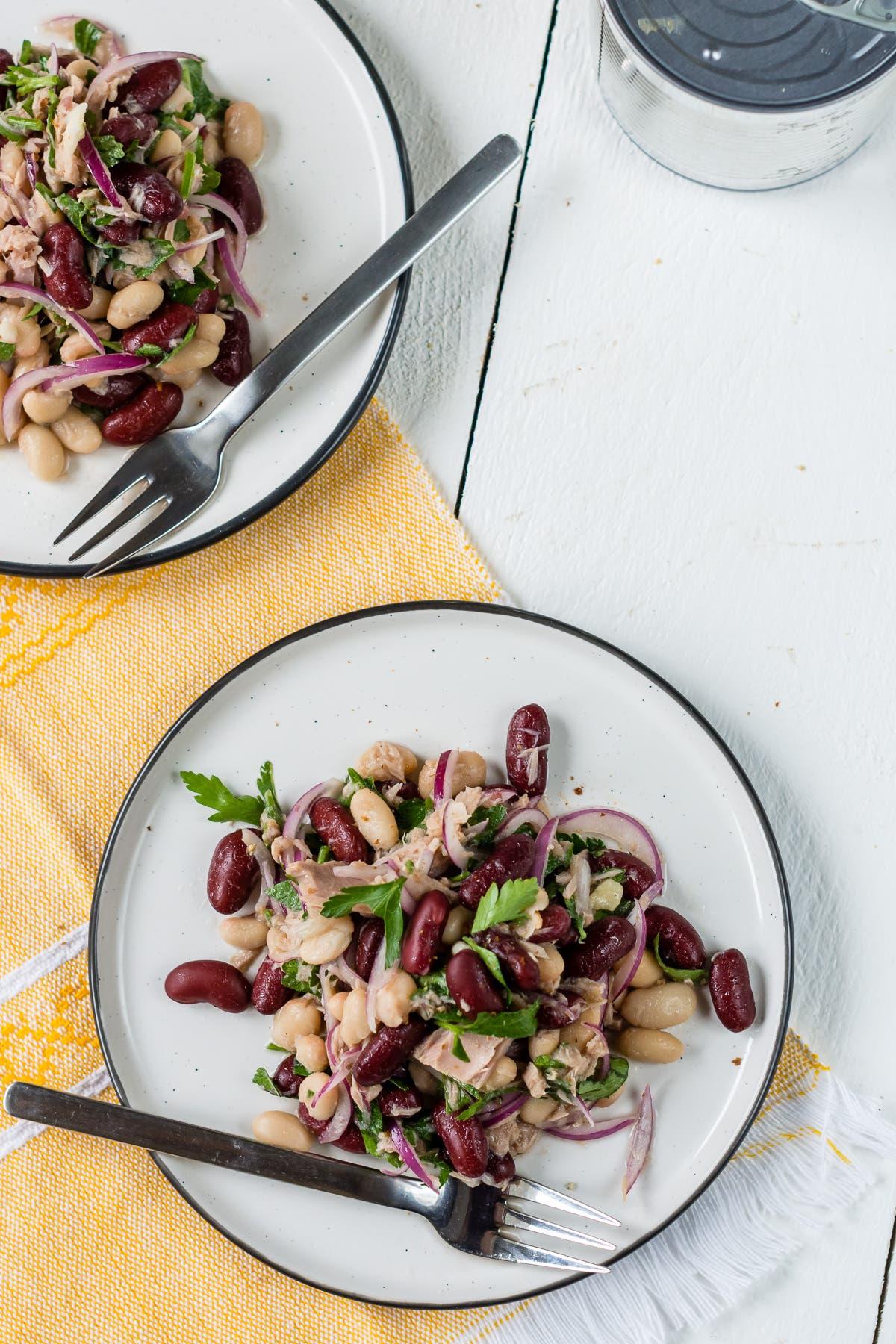 Topshot Bohnensalat mit Thunfisch auf Tellern