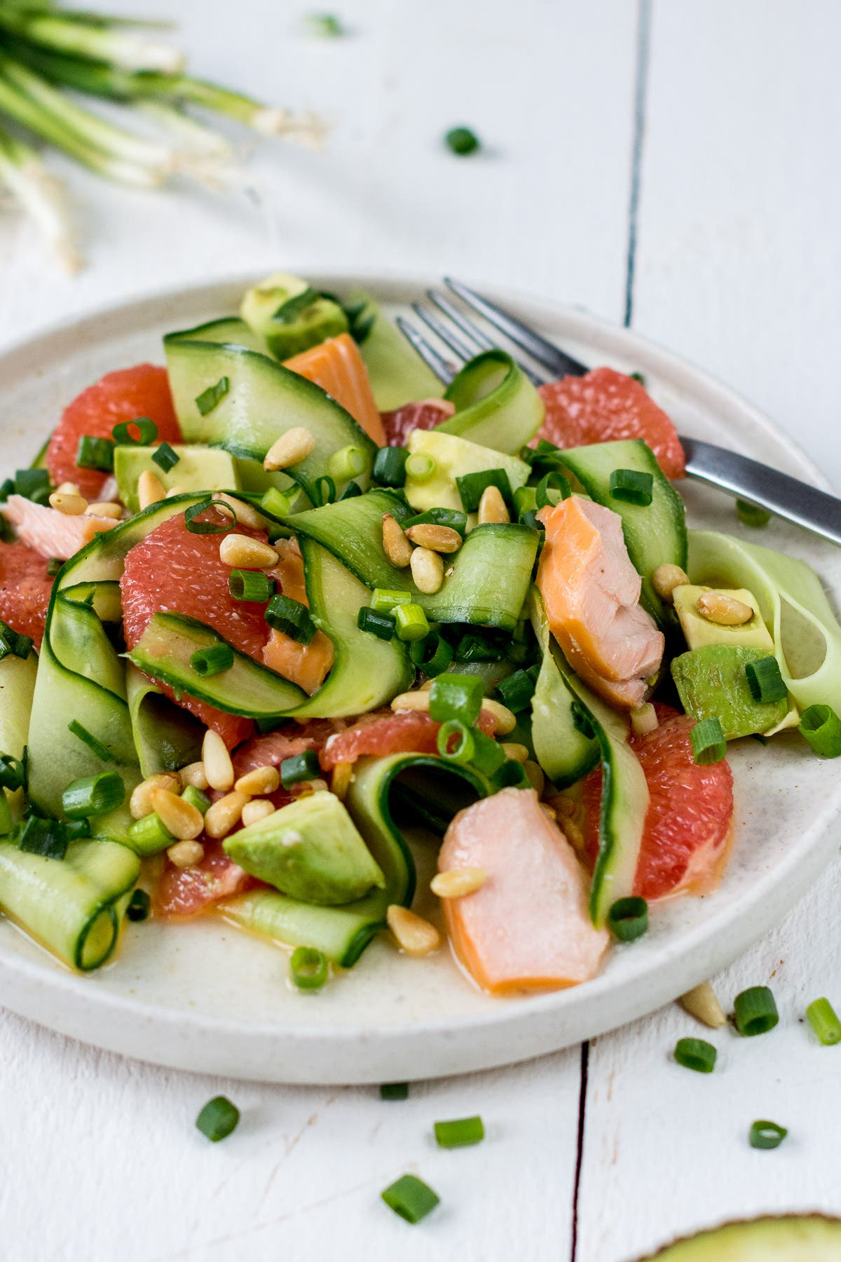 Erfrischender Avocado-Gurkensalat mit Grapefruit und Stremellachs