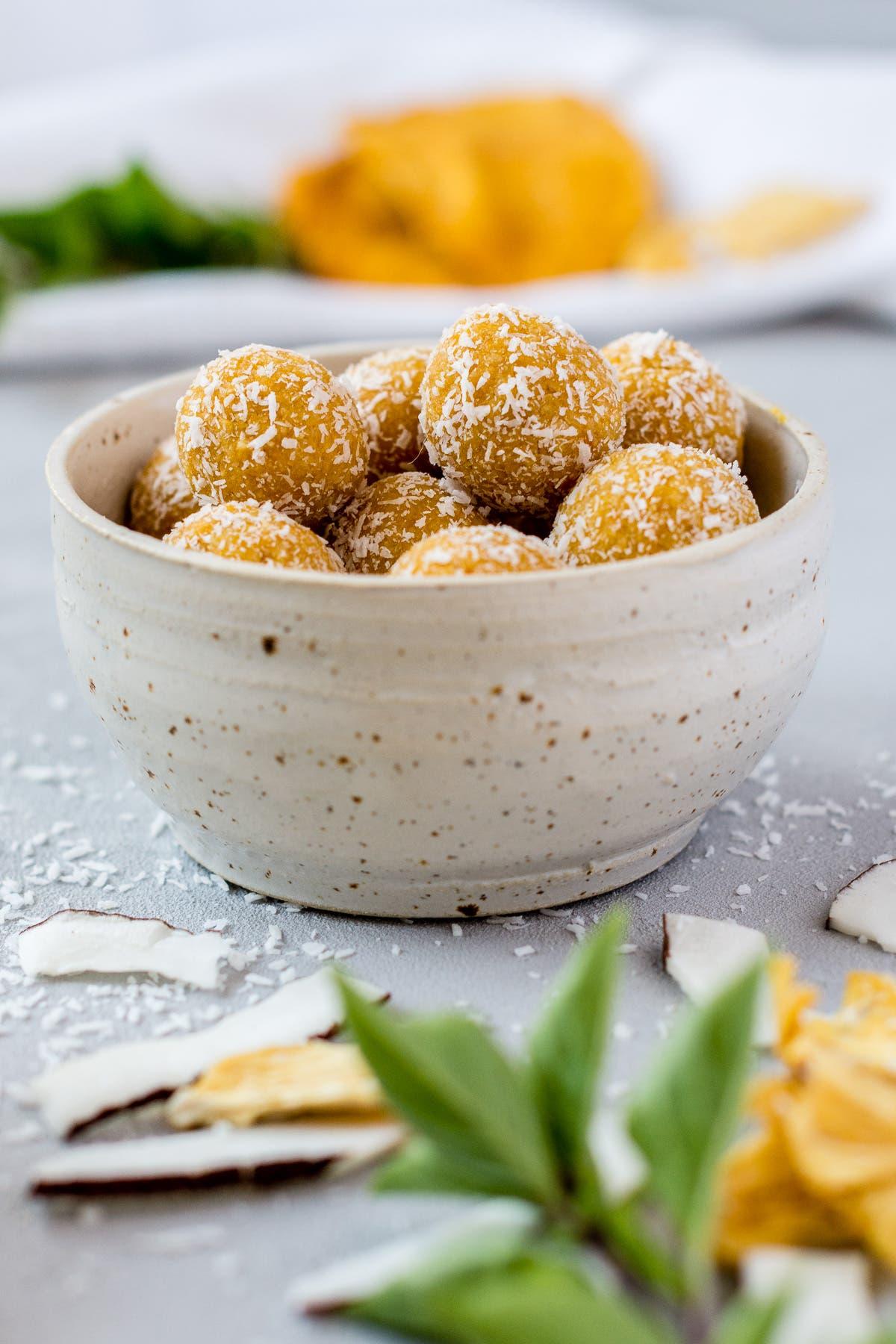 Sommerliche Energiebällchen mit Ananas und Kokos - fruchtige Bliss Balls ohne Datteln!
