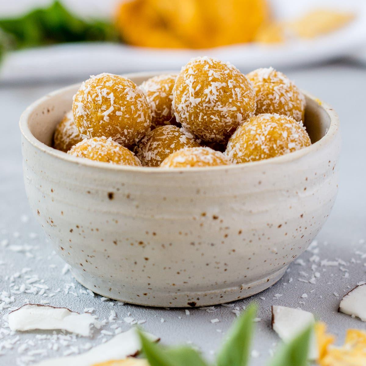 Sommerliche Energiebällchen mit Ananas und Kokos – fruchtige Bliss Balls ohne Datteln!