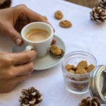 Espresso mit kleinem Amarettini auf Untertasse