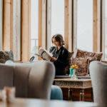 Frau in Sitzecke beim lesen