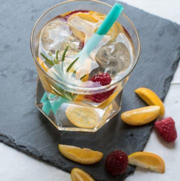 Glas Wasser mit Orange,Himbeeren und Rosmarin