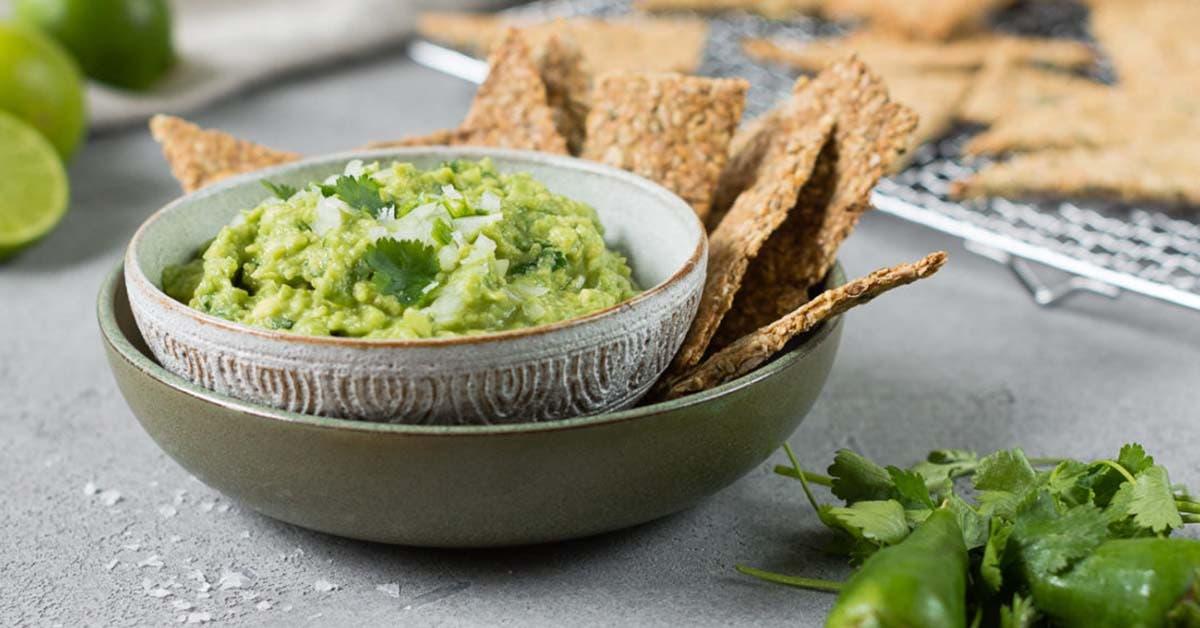 Schüssel gefüllt mit frischer Guacamole wie aus Mexico