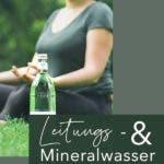 Meditierende Frau mit Wasserflasche aus Glas