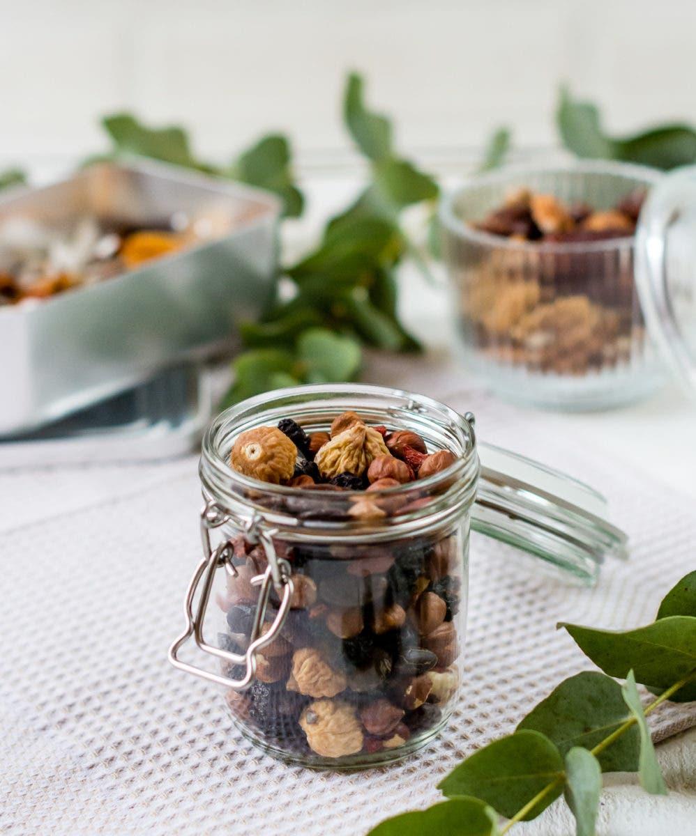 Bügelglas mit verschiedenen Nüssen auf einem Küchentuch.