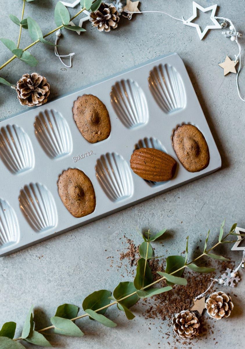 Topshot von Backform mit Schokoladen Madeleines.