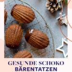 Topshot von Kuchengitter mit Madeleins mit Schokoladenüberzug.