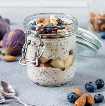 Bügelglas gefüllt mit Overnight Oats und Früchten.